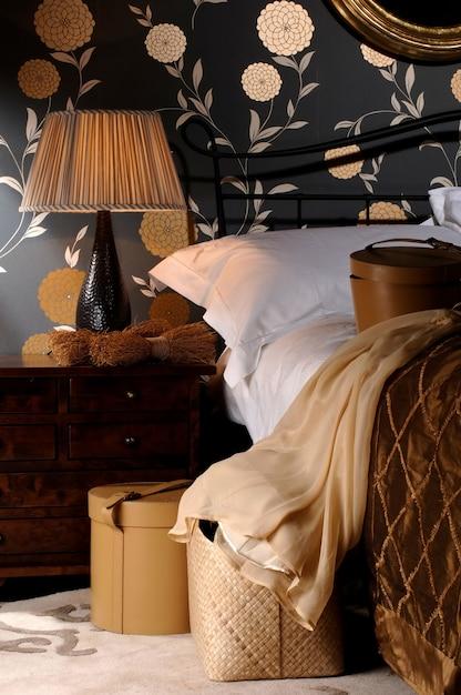 Abat-jour En Tissu Sur La Lampe Du Grand Lit Avec Des Oreillers Dans La Chambre Photo Premium