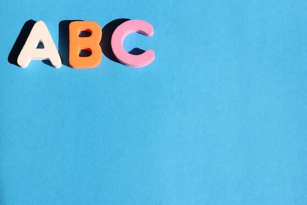 Abc Premières Lettres De L'alphabet Anglais Sur Fond Bleu. Anglais Pour Les Débutants. Photo Premium