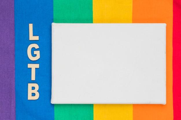 Abréviation lgbt et feuille de papier blanc sur fond coloré Photo gratuit