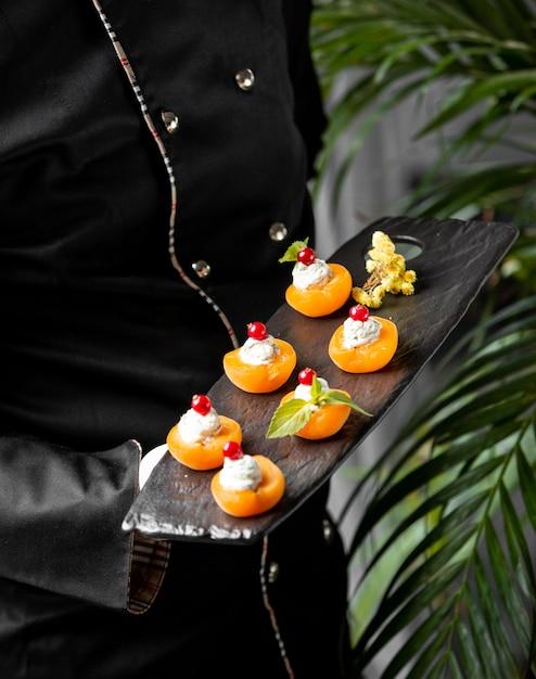 Abricot garni de crème et de baies Photo gratuit
