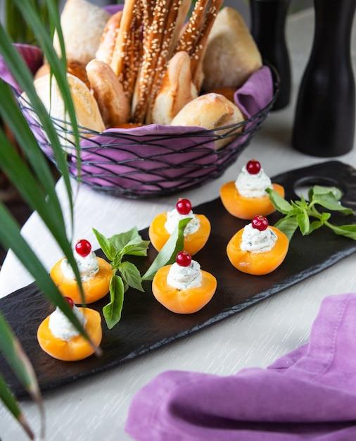 Abricots à la crème et aux cerises Photo gratuit