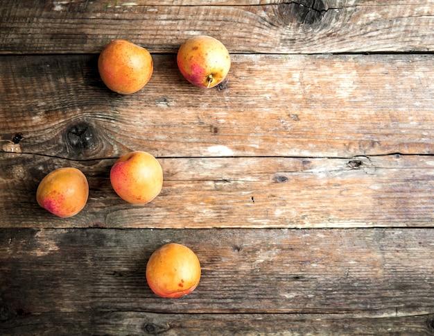 Abricots Frais Sur Bois. Photo Premium