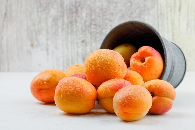 Abricots Naturels Dans Un Mini Seau. Vue De Côté. Photo gratuit