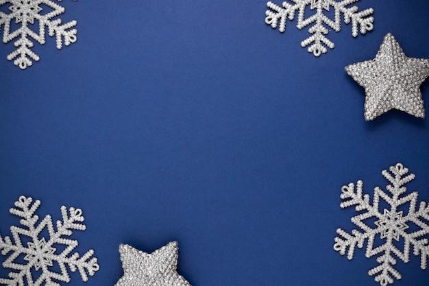 Abstrait Bleu De Noël Avec Décoration D'hiver Flocons De Neige Argentés, Maquette Bleue Avec Un Espace Pour Le Texte. Photo Premium