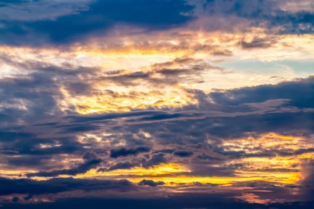 Abstrait de ciel dramatique coloré au crépuscule. Photo Premium