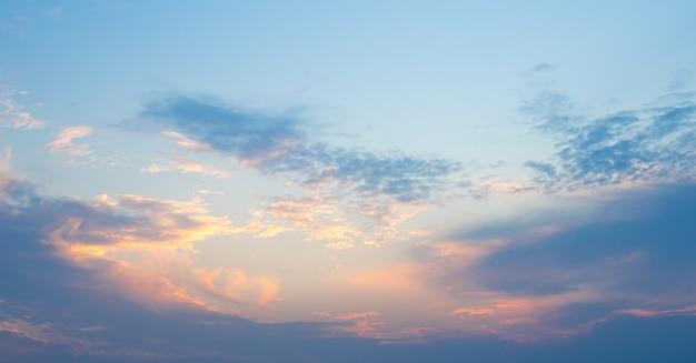 Abstrait ciel ensoleillé, belle cloudscape, sur le ciel, vue sur des nuages duveteux blancs, concept de liberté Photo Premium