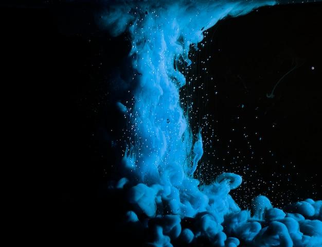 Abstrait épais Brouillard Bleu Dans Un Liquide Sombre Photo gratuit