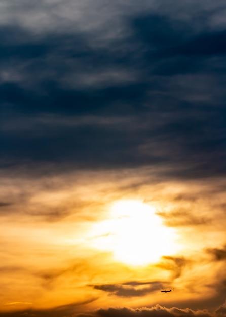 Abstrait, paysage de ciel dramatique en soirée. Photo Premium