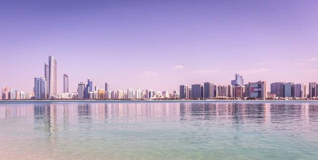 Abu dhabi skyline avec des gratte-ciels avec de l'eau Photo Premium