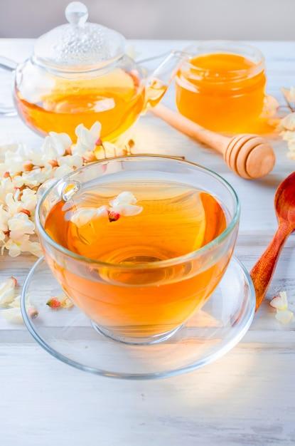 Acacia tea close up sur des tables en bois Photo Premium