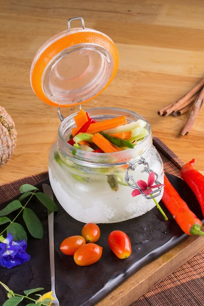 Acar sayur, cornichons de légumes maison wayang. Photo Premium