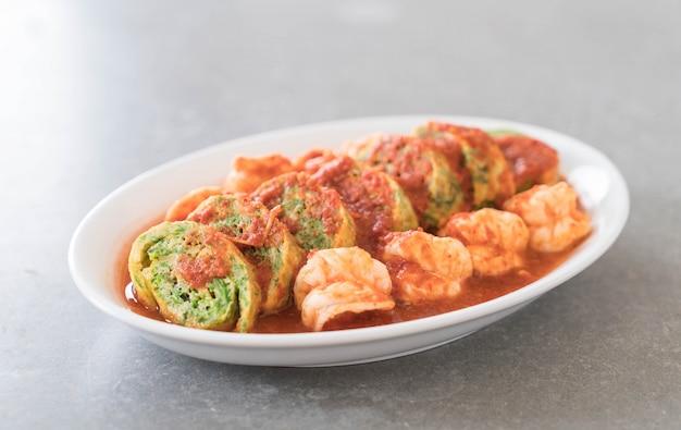 Accacia quittent l'omelette et les crevettes dans la soupe de tamarin Photo gratuit