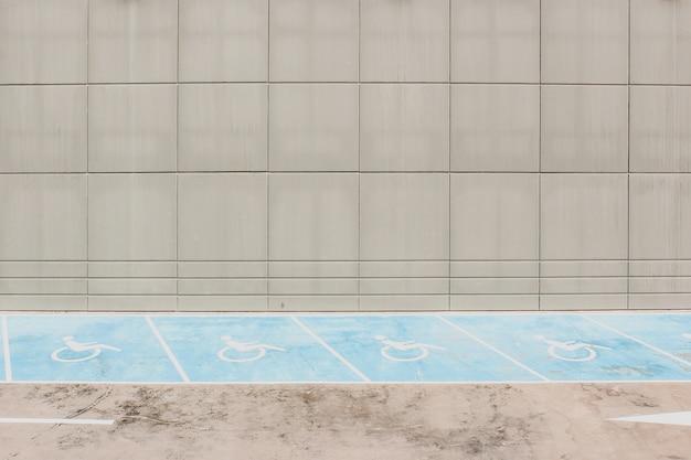 Accessibilité lignes de stationnement sur asphalte Photo Premium
