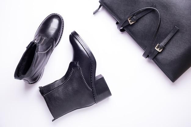 Accessoire Femme. Bottes élégantes Noires, Sac En Cuir De Luxe Noir. Vue De Dessus. Lay Plat. Photo Premium
