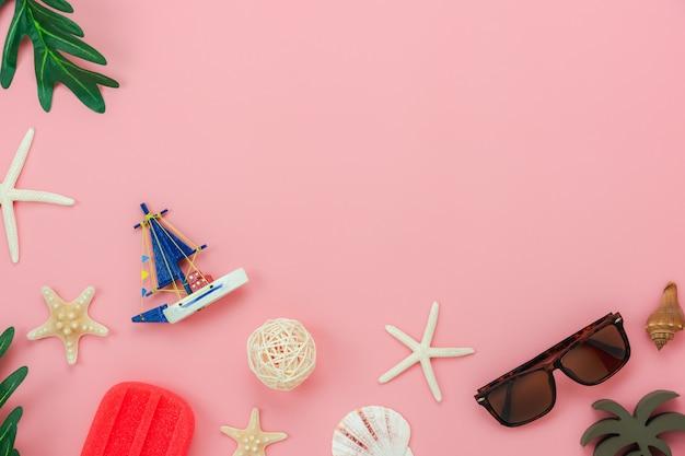 Accessoire de table vue de vêtements femmes prévoient de voyager en vacances d'été Photo Premium