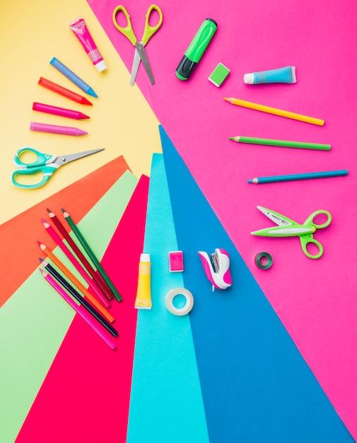 Accessoires artisanaux colorés disposés en forme circulaire Photo gratuit