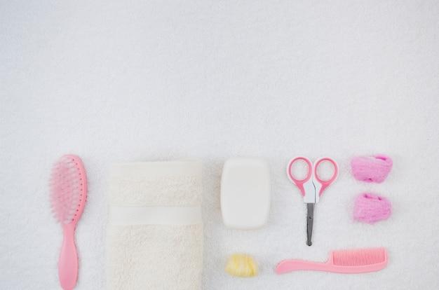 Accessoires de bain rose plat pour bébé Photo gratuit