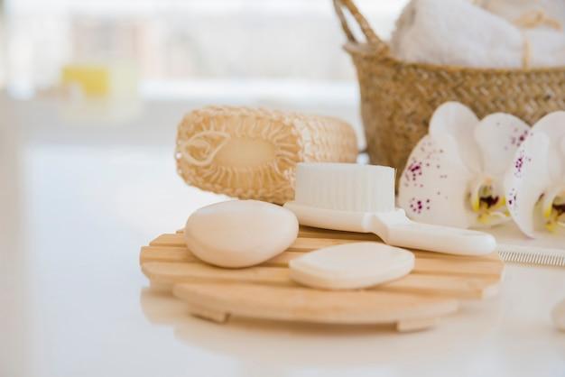 Accessoires de bain sur table blanche Photo gratuit