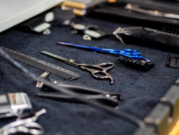 Accessoires de boutique de coiffeur sur un bureau Photo gratuit
