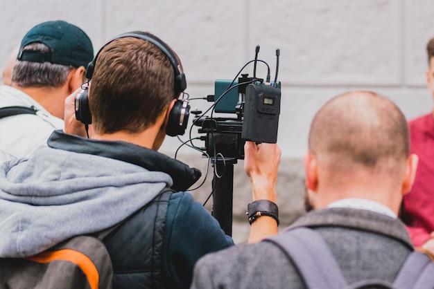 Accessoires Connectés à La Caméra Vidéo Qui Tournent Des Nouvelles En Plein Air. Photo Premium