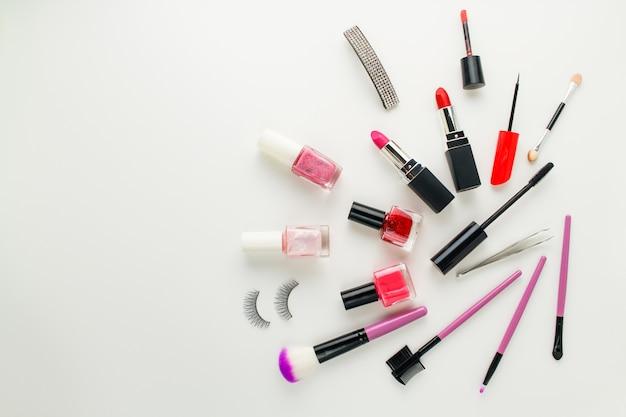 Accessoires et cosmétiques pour femmes sur fond blanc. Photo Premium