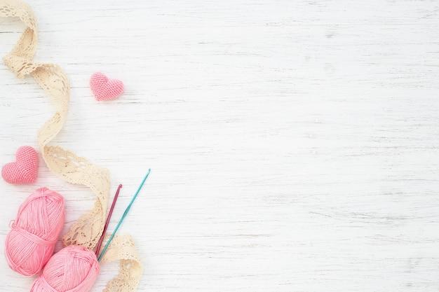 Accessoires De Couture, Crochets, Fil Et Coeurs Sur Tableau Blanc Photo Premium