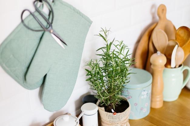 Accessoires de cuisine dans un mur de briques en céramique Photo Premium
