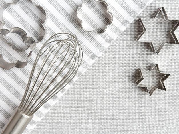 Accessoires de cuisson maison sur fond gris Photo Premium