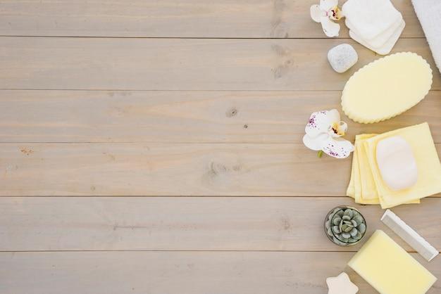 Accessoires de douche sur table en bois Photo gratuit