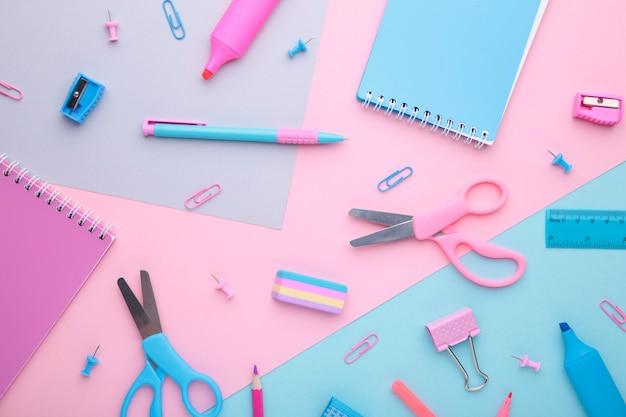 Accessoires d'école sur fond coloré. retour à la notion d'école, minimalisme. Photo Premium
