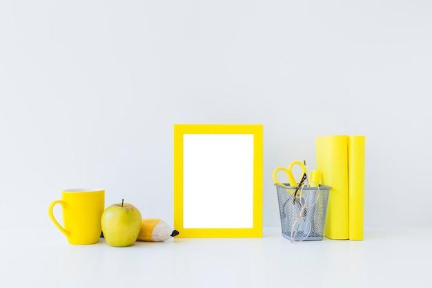 Accessoires d'écriture jaunes pour les études sur le lieu de travail blanc Photo gratuit