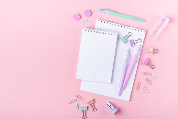 Accessoires d'étude et de rentrée scolaire en rose Photo Premium