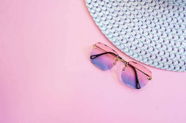 Les accessoires de la femme à plat reposent sur un fond coloré. vue de dessus. couleurs pastel bleu et jaune avec espace de copie autour des produits. image horizontale ou photo. Photo Premium