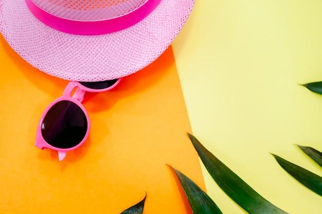 Accessoires de femme se trouvant à plat sur un fond de tissu texturé. couleurs pastel bleues et jaunes. Photo Premium