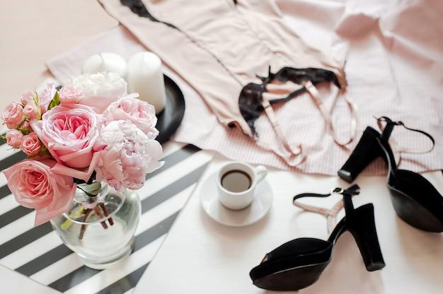 Accessoires de mode femme, maquette de smartphone, bouquet de roses et de pions, chaussures, lin en dentelle Photo Premium