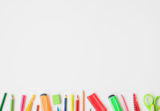 Accessoires de papeterie isolés sur fond blanc Photo gratuit