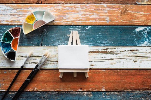 Accessoires de peinture avec chevalet miniature noir blanc Photo gratuit