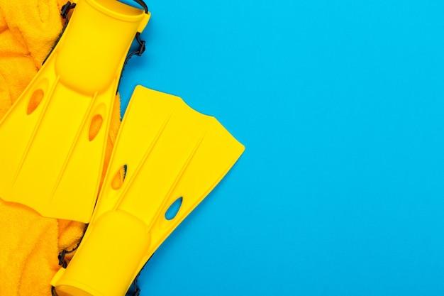 Accessoires de plage sur bleu Photo Premium