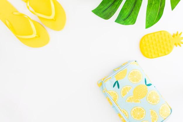 Accessoires de plage et jouets pour les vacances tropicales d'été Photo gratuit