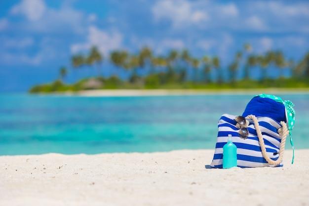 Accessoires de plage sur une plage tropicale blanche Photo Premium