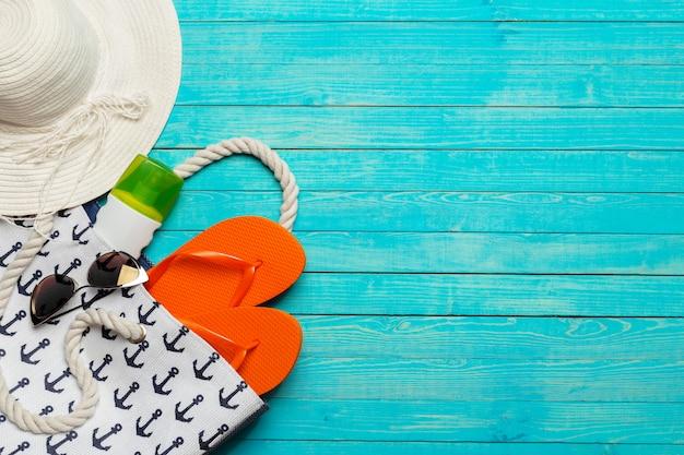 Accessoires De Plage Sur Une Table En Bois. Photo Premium