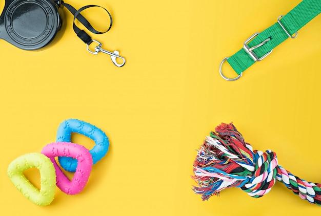 Accessoires pour animaux de compagnie sur fond jaune. Photo Premium