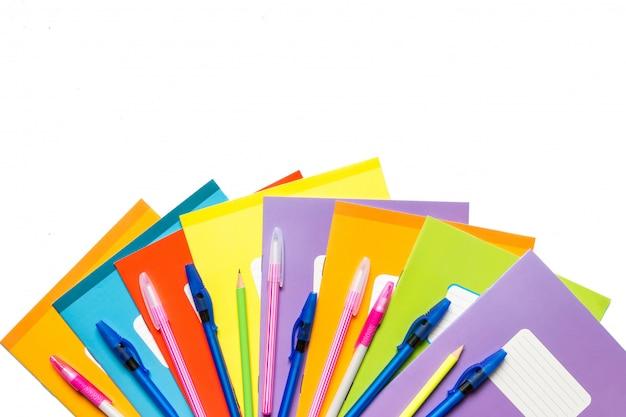 Accessoires pour l'école, cahiers, stylos, crayons pour le travail d'un écolier sur fond bleu Photo Premium