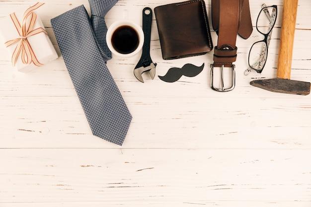 Accessoires pour hommes près de cadeau et tasse de boisson Photo gratuit