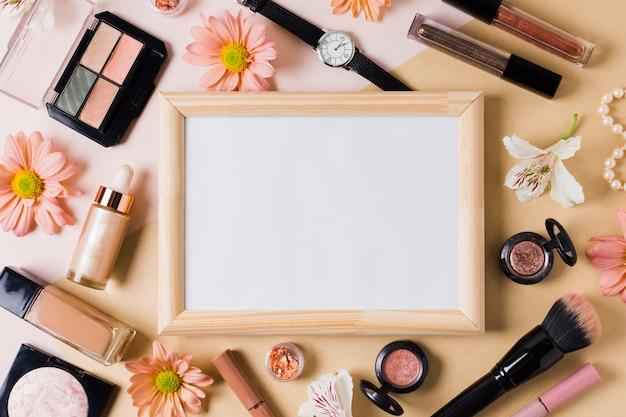 Accessoires de produit de beauté de collection de femme sur la surface claire Photo gratuit
