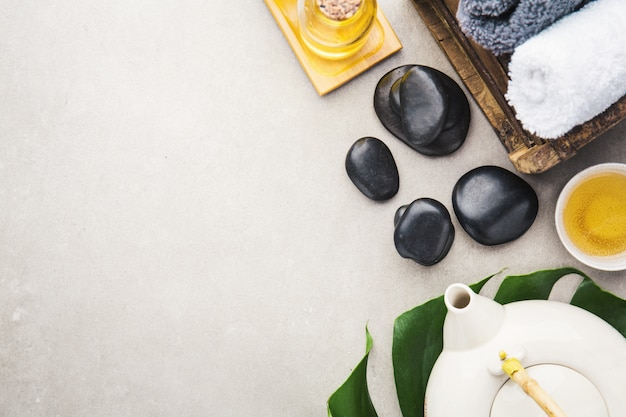Accessoires de spa sur fond gris Photo gratuit