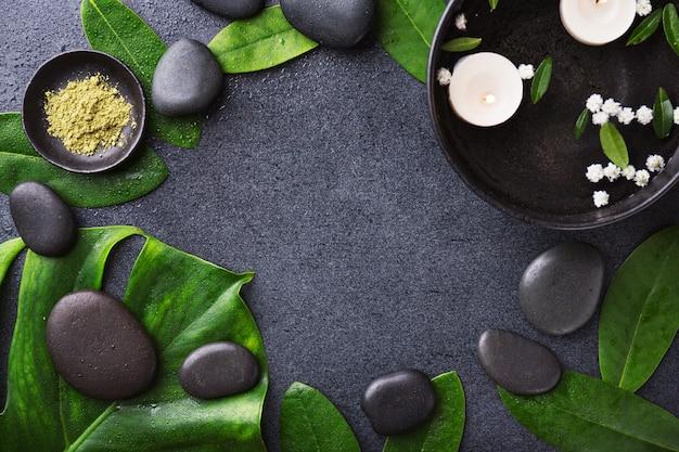 Accessoires de spa sur fond humide foncé Photo gratuit