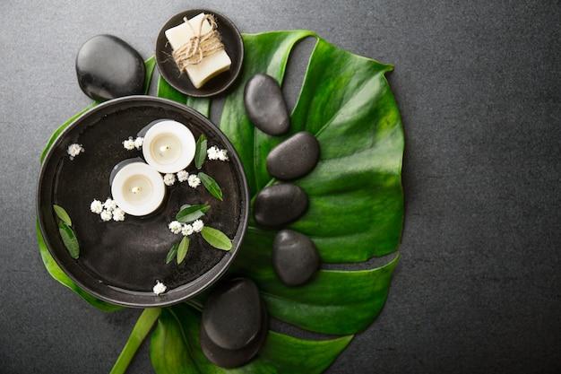 Accessoires de spa sur fond sombre Photo gratuit