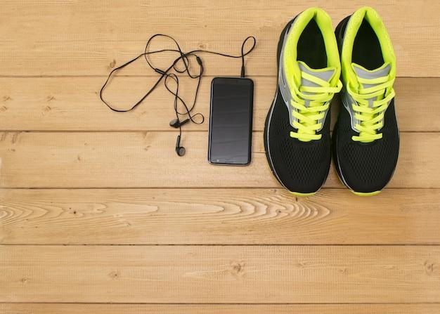 Accessoires de sport pour la remise en forme sur le plancher en bois. Photo Premium