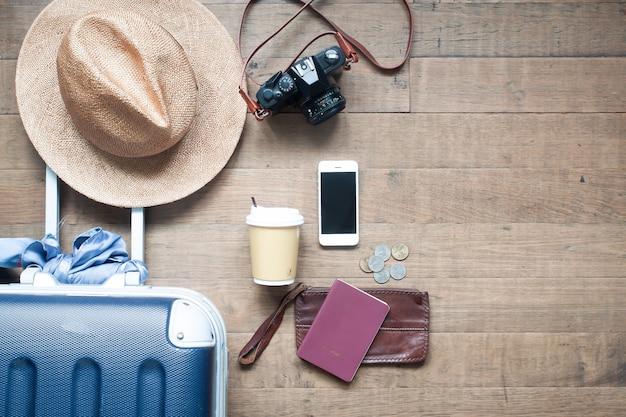 Accessoires de touriste vue de dessus avec smartphone et argent. concept de style de vie de voyage Photo Premium